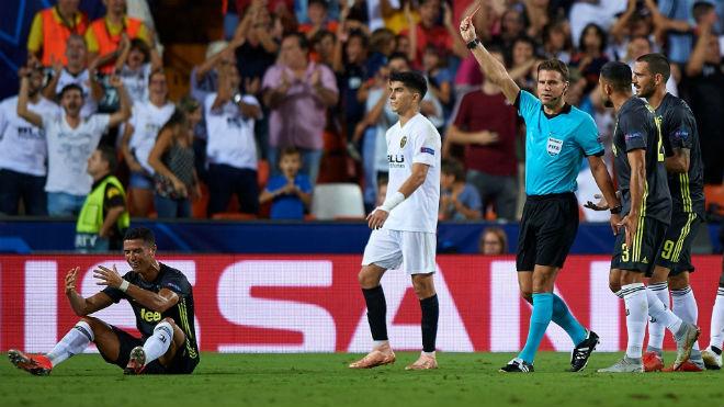 """Ronaldo bị thẻ đỏ: Chị gái phẫn nộ, 2 huyền thoại MU """"thêm dầu vào lửa"""" - 1"""