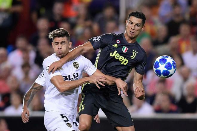 """Ronaldo """"côn đồ"""" ăn thẻ đỏ cúp C1: Bật khóc tức tưởi như trẻ con - 1"""