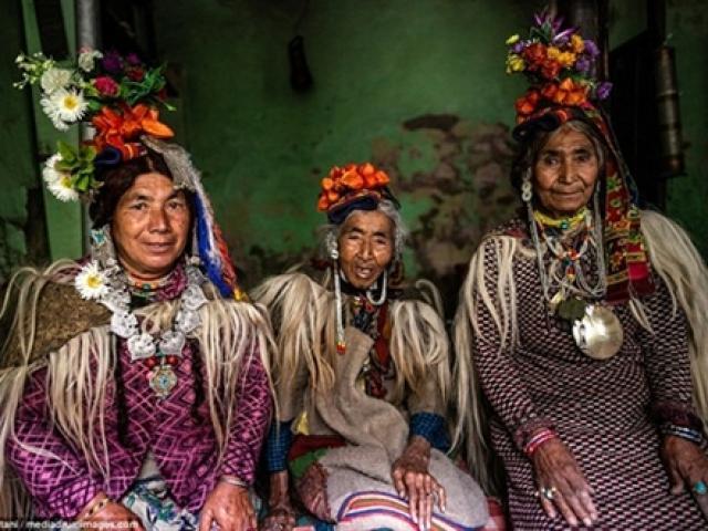 Tìm hiểu bộ tộc miền núi khuyến khích đổi vợ và thoải mái hôn người lạ