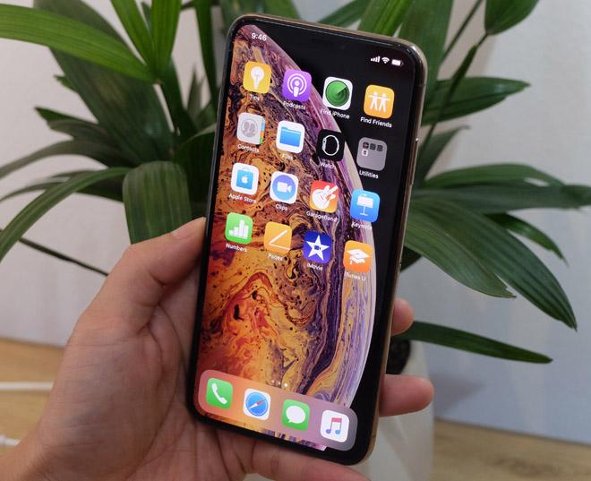 """Xem iPhone đầu tiên lọt thỏm trong """"lòng"""" iPhone Xs Max - 1"""