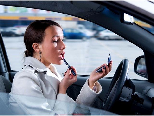 Những lời khuyên hữu ích giúp phụ nữ lái xe an toàn hơn