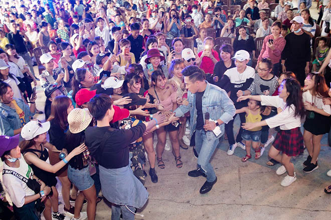 Xuống sân khấu giao lưu, Châu Khải Phong hoảng hốt vì hành động của fan nữ - 1
