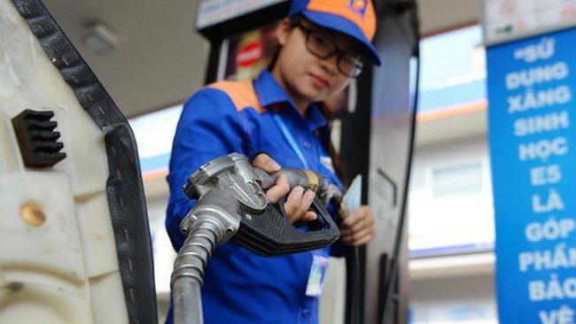 """Nóng tuần qua: Giá xăng, dầu sắp tăng """"khủng"""" vì quyết định mới - 1"""