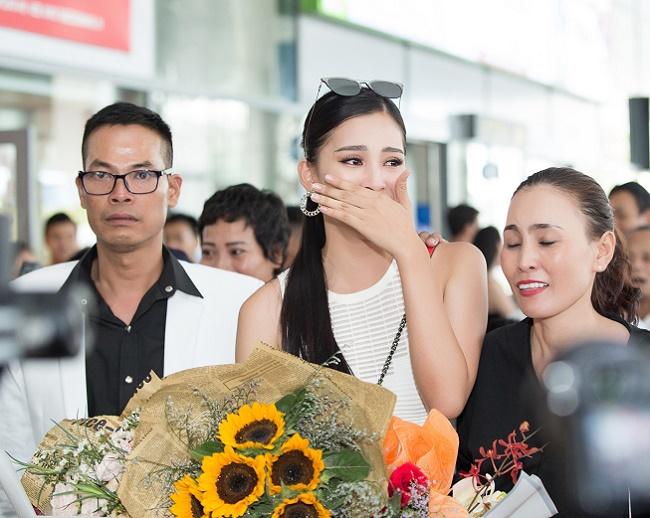 Trần Tiểu Vy khóc khi về Hội An gặp bố mẹ, fan vây kín - 1