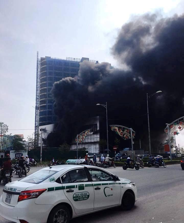 Cháy dữ dội ở trung tâm thương mại cao nhất TP Yên Bái - 1