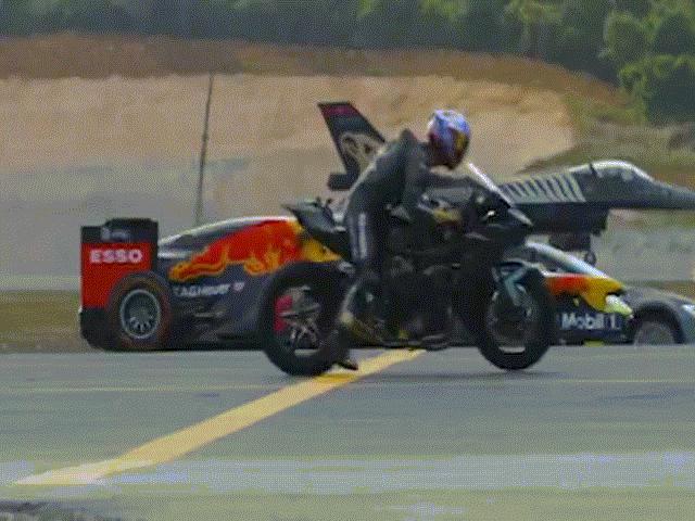 Xem chiến đấu cơ F-16 đua tốc độ trên đất với ô tô F1 và siêu mô tô
