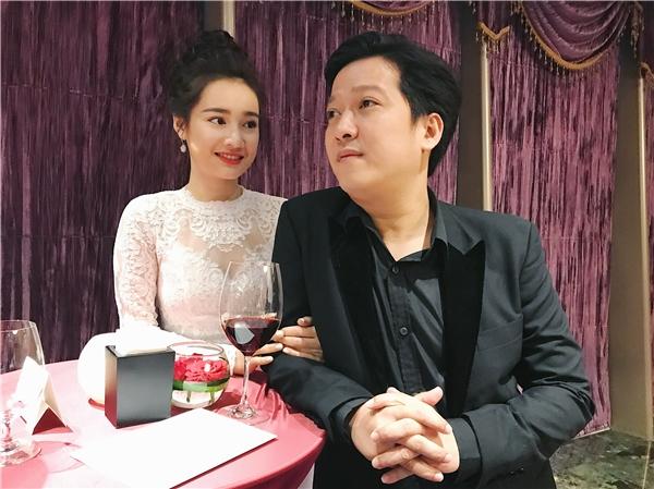 Dàn vệ sĩ cầm sẵn dù xuất hiện tại nhà Nhã Phương, phải chăng tương tự hôn lễ của Hà Tăng?