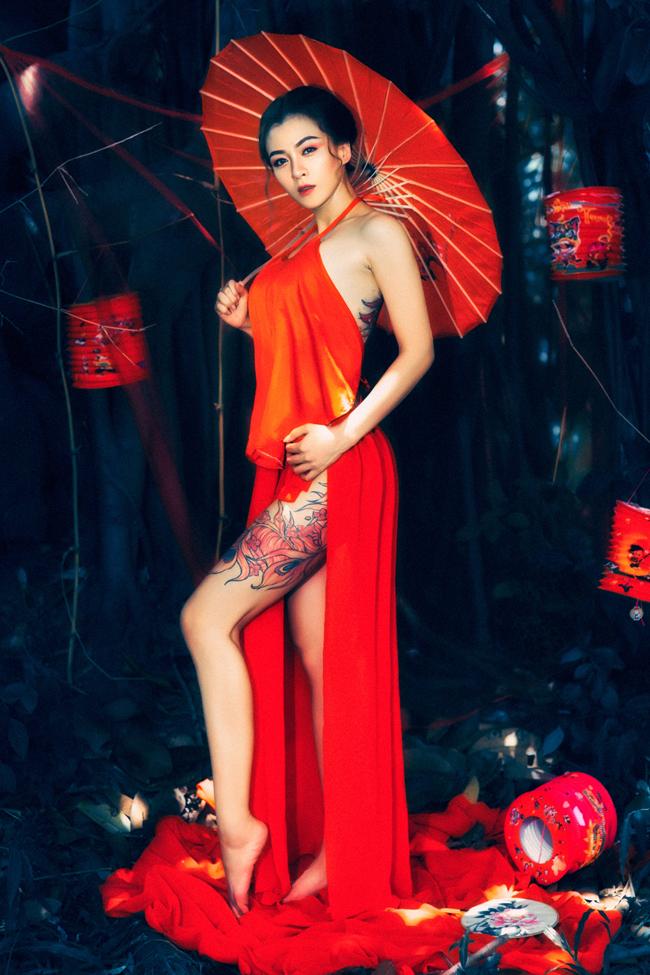 Hoa Di Linh nổi tiếng là mỹ nhân cá tính trong showbiz khi sở hữu nhiều hình xăm lớn trên cơ thể.