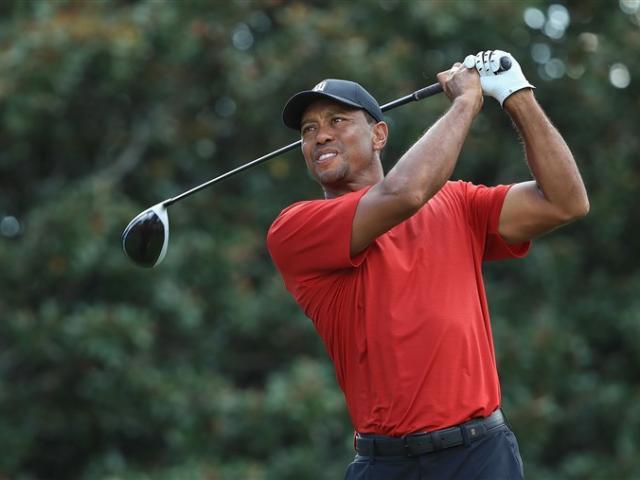 """Tiger Woods đạt """"kỳ quan"""" thứ 80: Vung gậy tạo tuyệt tác triệu đô"""