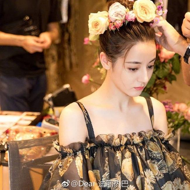 """Địch Lệ Nhiệt Ba được mệnh danh là """"đệ nhất mỹ nữ"""" Tân Cương. Cô hiện là diễn viên kiêm người mẫu cực kỳ nổi tiếng trong làng giải trí Hoa ngữ."""