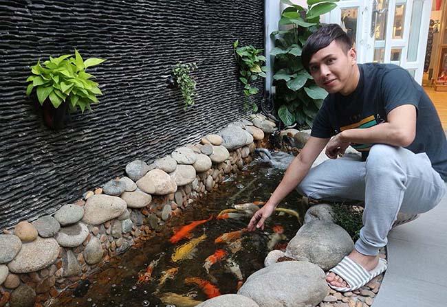 Phía trước sân nhà, nam ca sĩ xây hồ nuôi cá. Mỗi ngày anh đều cho cá ăn và cho biết đó là một cách thư giãn, giảm căng thẳng hiệu quả.