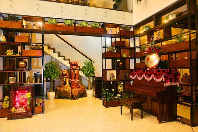 Bên trong, nội thất chủ yếu bằng chất liệu gỗ. Mọi ngóc ngách đều do nam ca sĩ lên ý tưởng thiết kế.