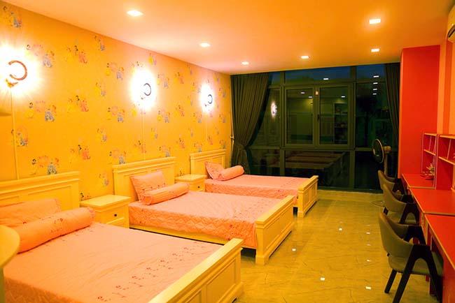 3 cô công chúa được Quách Thành Danh bố trí ở chung 1 phòng. Không gian được trang trí nhẹ nhàng, kích thích các giác quan của trẻ thơ.