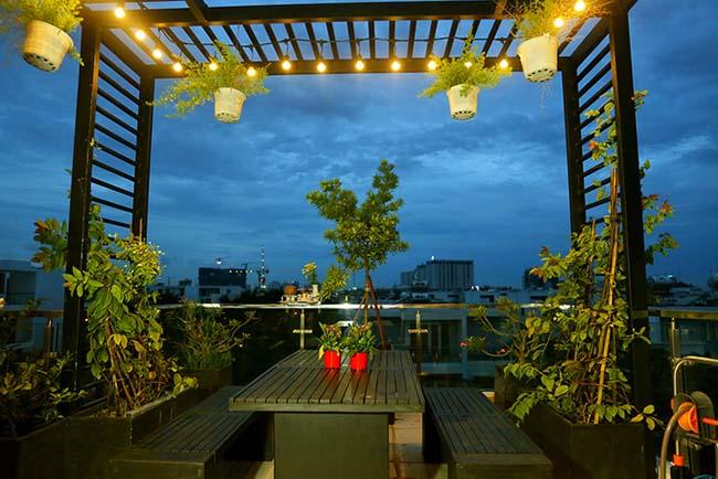 Khu vực sân thượng được trồng nhiều cây xanh, thoáng mát.