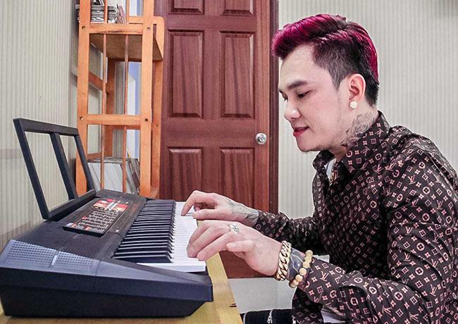 """Tại phòng tiếp khách, giọng ca """"Mưa và nước mắt"""" trang bị chiếc đàn nhỏ để anh có thể thư giãn với âm nhạc."""