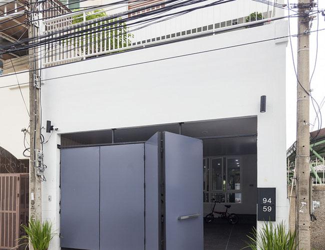 Ngôi nhà rộng 300 mét vuông và nằm trong một khu phố yên tĩnh thuộc khu dân cư ở Bangkok, Thái Lan. Nó được cải tạo từ ngôi nhà 27 năm tuổi và đã bị bỏ hoang tới 15 năm.