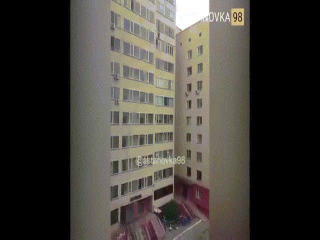 Bé trai Kazakhstan rơi từ tầng 10, người đàn ông giơ tay tóm giữa chừng
