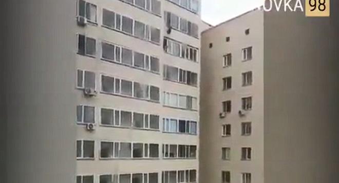 Bé trai Kazakhstan rơi từ tầng 10, người đàn ông giơ tay tóm giữa chừng - 1