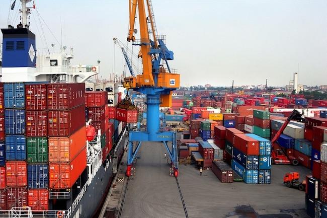 Việt Nam bị hạ dự báo tăng trưởng, lo lạm phát lên 4% - 1