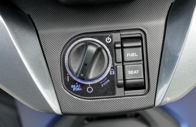 Cận cảnh hệ thống khóa của NSS300 và nút bật yên ngồi, bình xăng thiết kế bên cạnh.