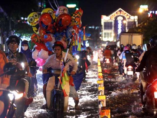 Đường ngập như sông, kẹt xe kinh hoàng sau cơn mưa ở Sài Gòn
