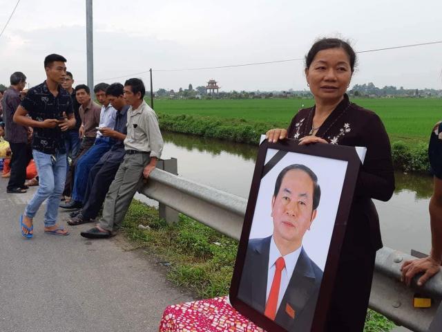 Người dân ôm di ảnh đón Chủ tịch nước Trần Đại Quang về đất mẹ