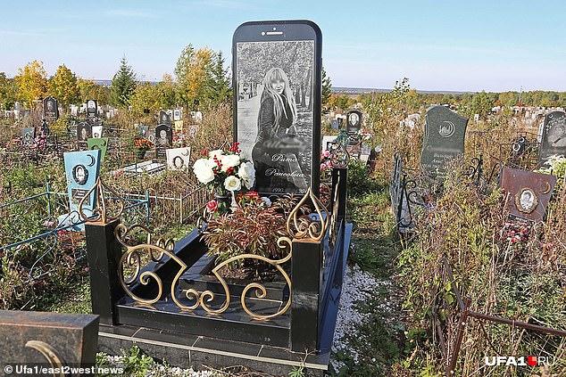 Bia mộ hình iPhone khổng lồ nổi bật trong nghĩa trang ở Nga - 1