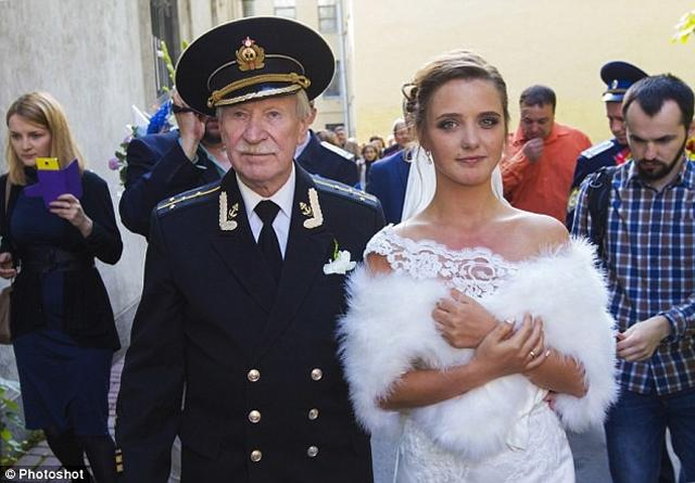 Chồng 88 tuổi ngoại tình, cô vợ 28 tuổi đánh nhân tình biến dạng - 1