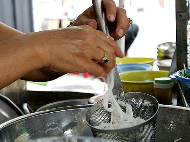 Từ 20/10, bán thức ăn chín không đeo găng tay bị phạt đến 1 triệu đồng