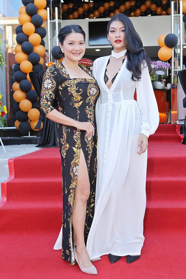 """Nữ diễn viên Kiều Trinh nổi tiếng với những cảnh phim táo bạo và được khán giả yêu mến dành cho biệt danh """"nữ hoàng cảnh nóng"""" của màn ảnh Việt. Con gái cô - Thanh Tú cũng theo nghiệp diễn xuất."""