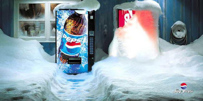 """""""Kẻ gây chiến"""" trước có lẽ chính là Pepsi. Đây là một poster quảng cáo của hãng này, với ngụ ý """"Ngay cả bão tuyết cũng không thể ngăn mọi người đi mua Pepsi"""". Chuyện sẽ chẳng có gì nếu người ta không thấy máy bán nước với thấp thoáng logo của Coca-Cola phủ đầy tuyết vì chẳng ai mua đặt ngay bên cạnh."""