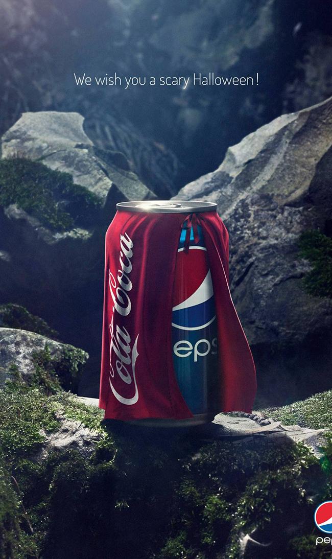 """Halloween năm 2013, Pepsi đăng hình lon nước của mình khoác áo choàng Coca-Cola với tiêu đề: """"Chúng tôi chúc bạn một Giáng sinh ghê rợn"""" với ngụ ý nước uống của Coca-Cola là một thức uống kinh dị."""