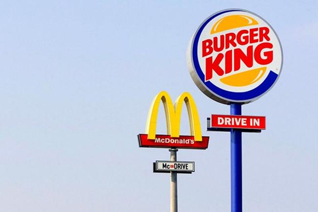 Hầu hết những nơi có biển quảng cáo của McDonald's, thì sẽ luôn thấy một tấm biển của Burger King bên cạnh với kích thước lớn hơn hẳn.