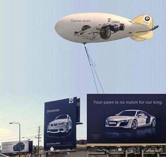 """Audi ngay lập tức dựng một tấm pano khác ngay cạnh đáp lại: """"Quân tốt của anh sao lại được với con vua của tôi"""" kèm 1 khinh khí cầu với dòng chữ """"Game over"""" ngầm đánh dấu mình là người chiến thắng."""