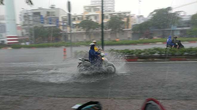 Sài Gòn mưa như trút nước, cửa ngõ Tân Sơn Nhất ngập kinh hoàng - 6