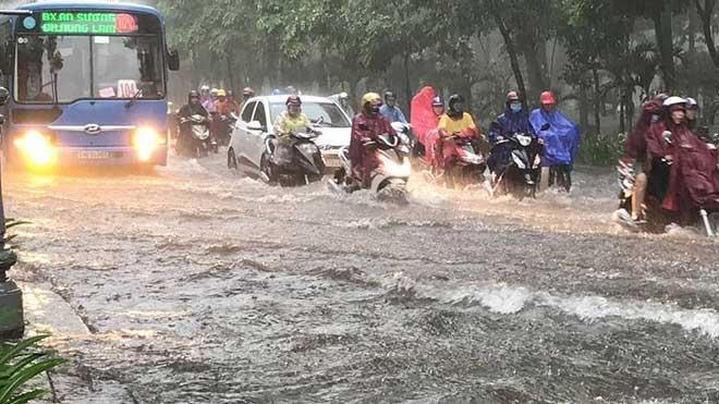 Sài Gòn mưa như trút nước, cửa ngõ Tân Sơn Nhất ngập kinh hoàng - 1