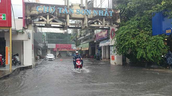 Sài Gòn mưa như trút nước, cửa ngõ Tân Sơn Nhất ngập kinh hoàng - 8