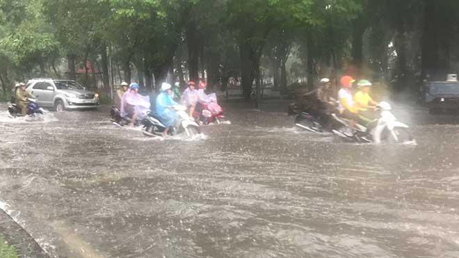 Sài Gòn mưa như trút nước, cửa ngõ Tân Sơn Nhất ngập kinh hoàng - 3