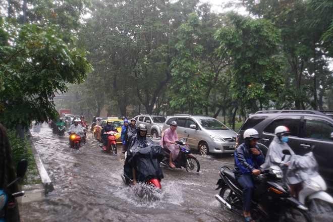 Sài Gòn mưa như trút nước, cửa ngõ Tân Sơn Nhất ngập kinh hoàng - 11