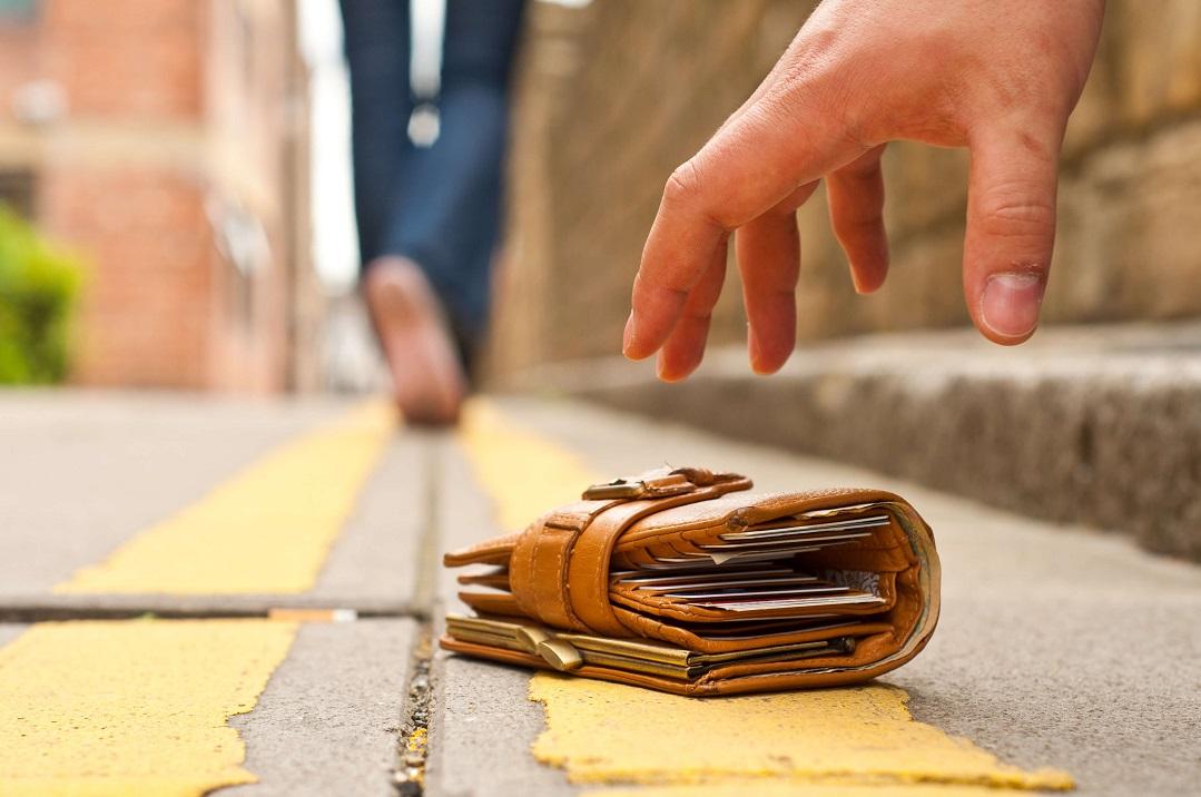 Vờ đánh rơi 17.000 ví khắp thế giới và điều ngỡ ngàng về số ví, loại ví người nhặt trả lại - 1
