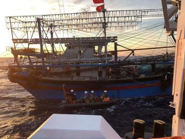 Gió giật cấp 5 nơi thợ lặn tìm kiếm 9 ngư dân mất tích trên biển