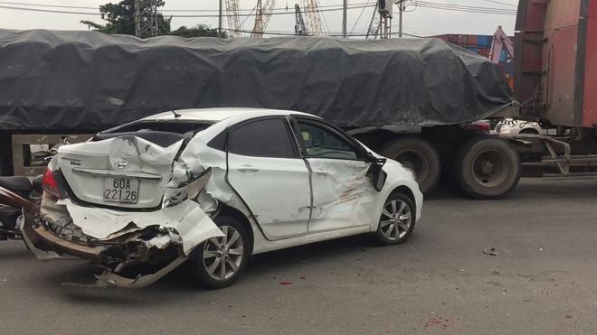 Nhiều người trong 2 ô tô biến dạng gào khóc sau tai nạn kinh hoàng - 1
