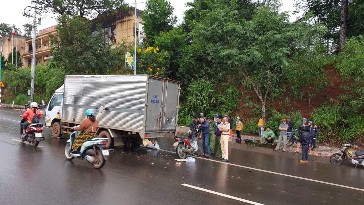 Tông vào đuôi xe tải đậu bên đường chiến sĩ công an tử vong - 1
