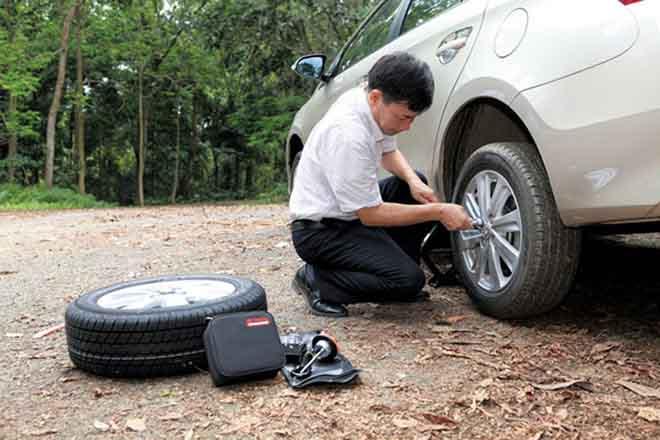 Cách thay lốp xe dự phòng nhanh nhất cho người mới - 1