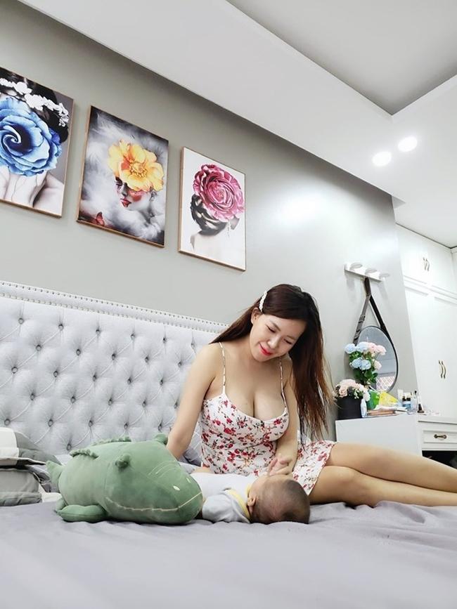 Phòng ngủ của cô được thiết kế sang trọng với tông màu trắng. Trên tường treo nhiều bức tranh ấn tượng, nhiều màu sắc tăng thêm sự ấm cúng.