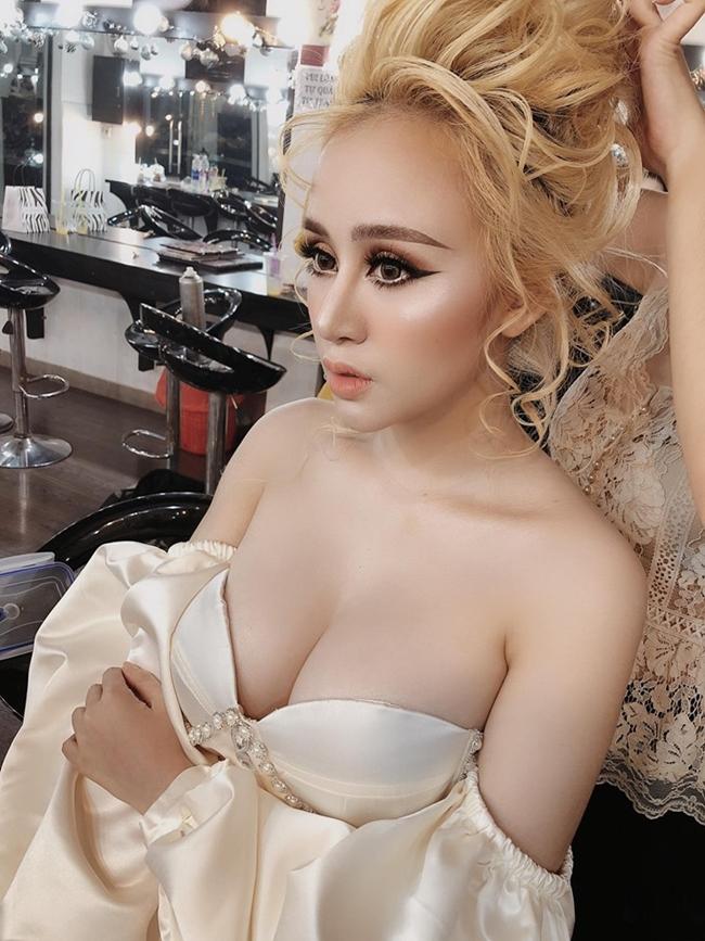 Bà Tưng (Huyền Anh) nổi lên như một hiện tượng mạng xã hội vào năm 2013 với những clip nhảy gợi cảm cùng thân hình nóng bỏng. Sau 6 năm, cuộc sống của hot girl xứ Nghệ có nhiều thay đổi.