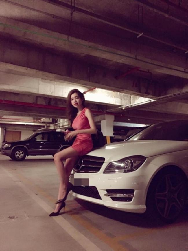 Hiện tại, cựu hot girl 8X đã là mẹ của hai nhóc tỳ. Cuộc sống của cô cũng kín tiếng, không ồn ào như trước. Ở tuổi 32, Elly Trần có trong tay khối tài sản khổng lồ, xe hơi bạc tỷ.