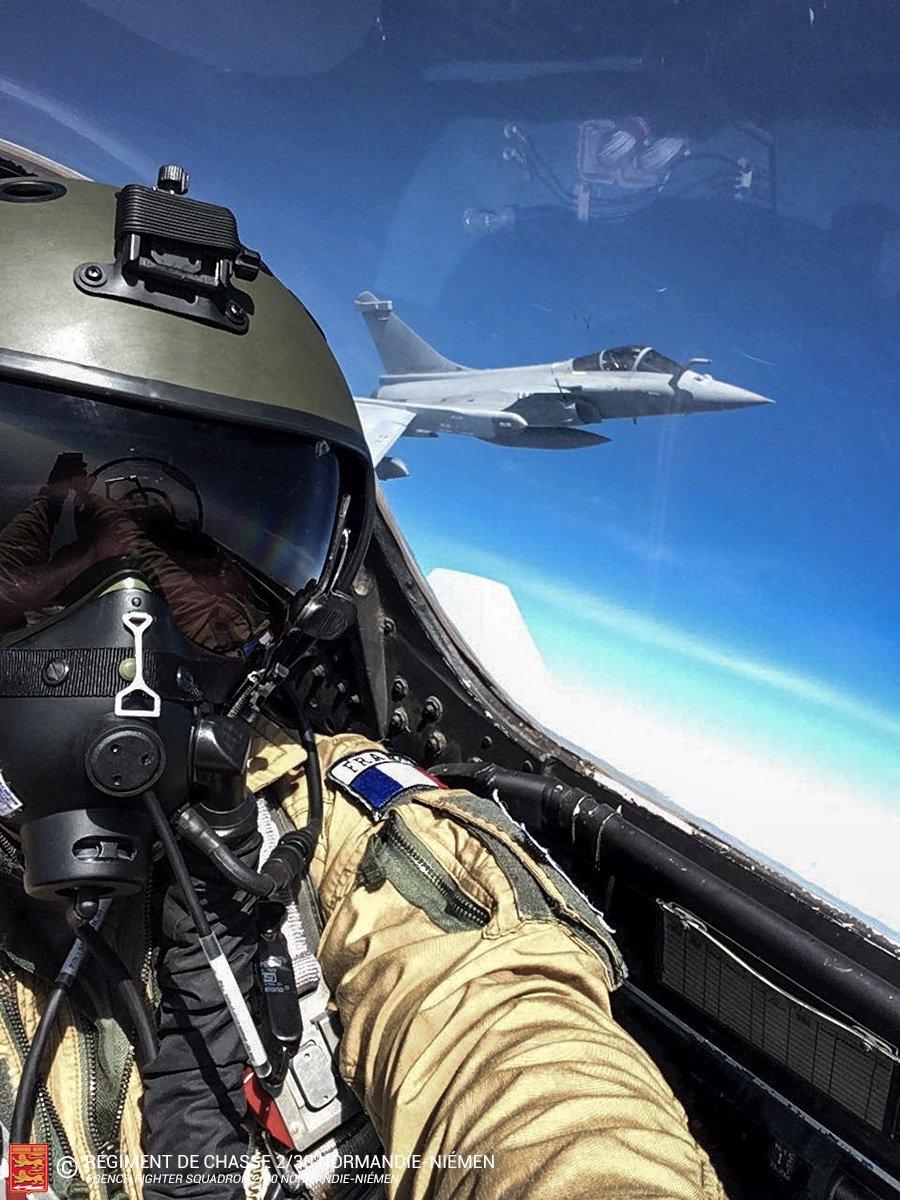 Phi công Pháp phấn khích, chụp selfie trên chiến đấu cơ Su-30 Nga sản xuất - 1