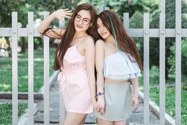 """Từng là cặp đôi thị phi trên mạng xã hội Facebook, hai cái tên Ngân 98 và Mon 2k được nhiều người chú ý qua video livestream đại chiến vòng 1 và lần bị nhiếp ảnh gia tung lên mạng bộ ảnh gợi cảm. Sau 3 năm, từ một """"hiện tượng mạng"""", 2 cô gái này nhanh chóng trở thành những cái tên được chú ý trong showbiz."""