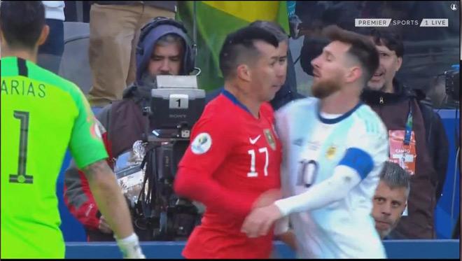 Sững sờ Messi: Xô xát đối thủ và ăn thẻ đỏ, ê chề rời Copa America - 1